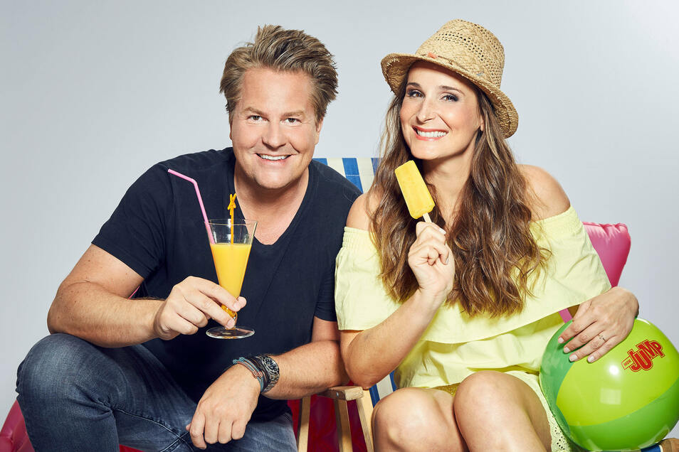 MDR-Jump-Morningshow-Moderatoren Sarah von Neuburg und Lars-Christian Karde führen durch die Sendung.