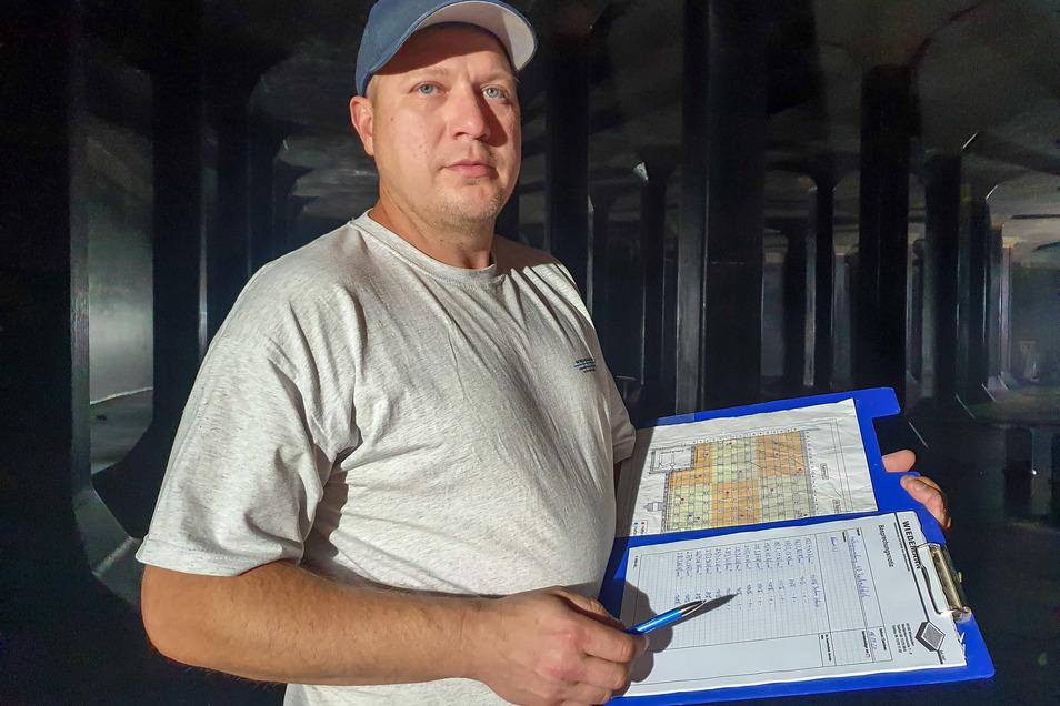 Betonsanierer Paul Vogel protokolliert die Ergebnisse der Prüfung.