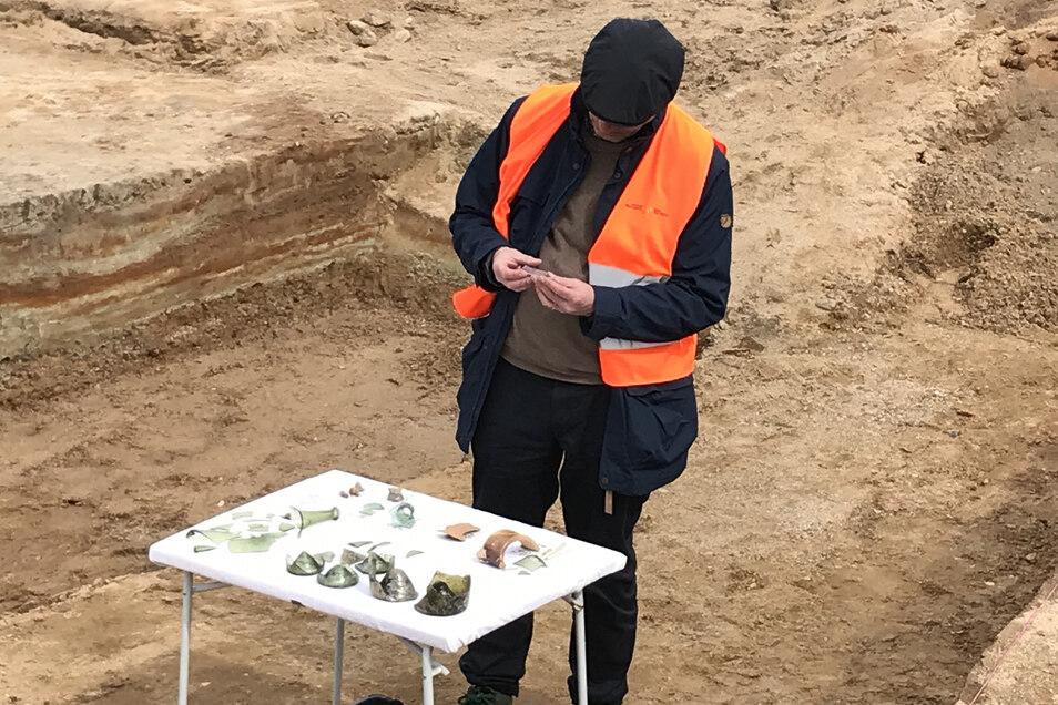 Archäologen untersuchen Glasscherben, die offenkundig vom Zeithainer Lustlager Augusts des Starken stammen.