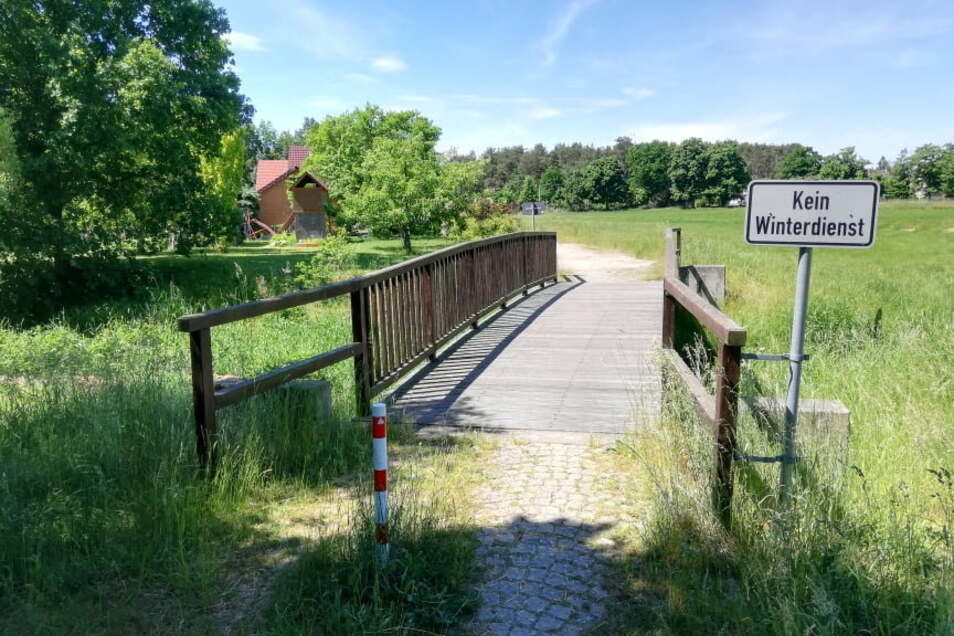Sie bleibt an ihrem Standort, die nur wenige Meter entfernte Holzbrücke. Sie sollte die gesperrte Brücke über den Weißen Schöps ersetzen.