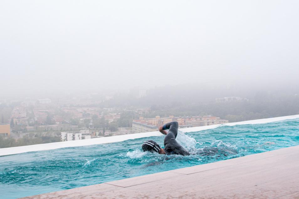 3,8 Kilometer Schwimmen sind an sich schon eine Leistung. Frodeno absolviert die Distanz mit Neoprenanzug im heimischen Pool mit Gegenstromanlage.
