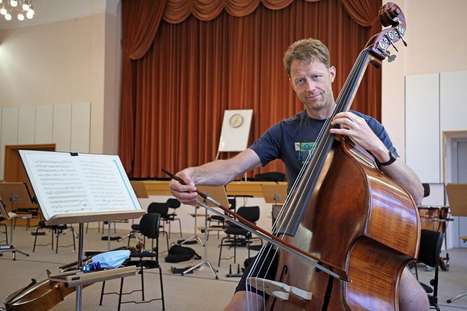 Im Orchester spielt Andreas Dude den Kontrabass. Das Instrument habe sich für den Zwei-Meter-Mann schon wegen seiner Größe angeboten. Ursprünglich lernte er Cello.