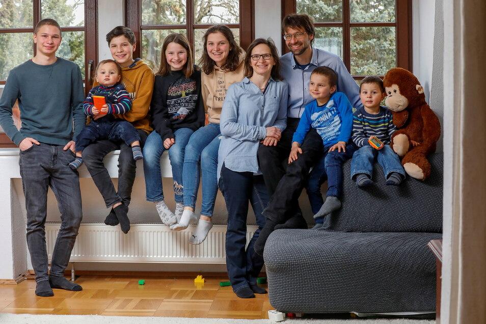 Das Deutsche und Tschechische ist bei Familie Novak zusammengewachsen - (von links) David Nathanael (16), Boaz Emanuel (1), Daniel Joshua (13), Deborah Jael (11), Hannah Rebekka (18) die Eltern Ulrike und Jan, Benjamin Samuel (6) und Eljakim Hananja (4).