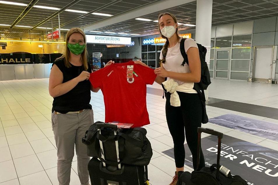 DSC-Geschäftsführerin Sandra Zimmermann (l.) holte die Neuzugänge vom Flughafen ab. Madeleine Gates kam am Montagabend als Erste an.