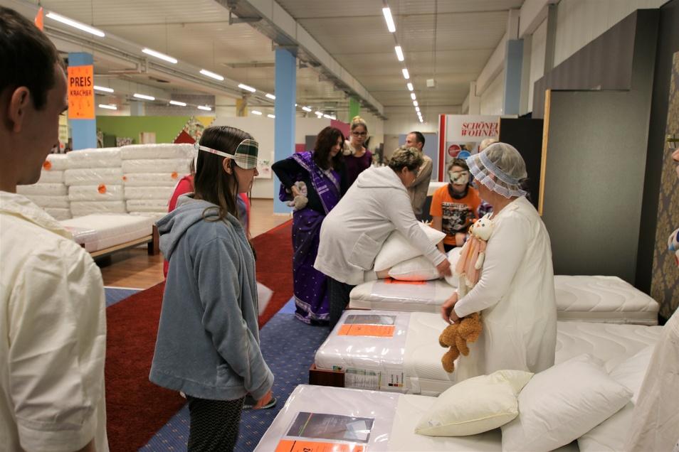 Mit ein paar lustigen Spielen wurde den Teilnehmern das Geschäft näher gebracht. Schon einmal Betten um die Wette bezogen?