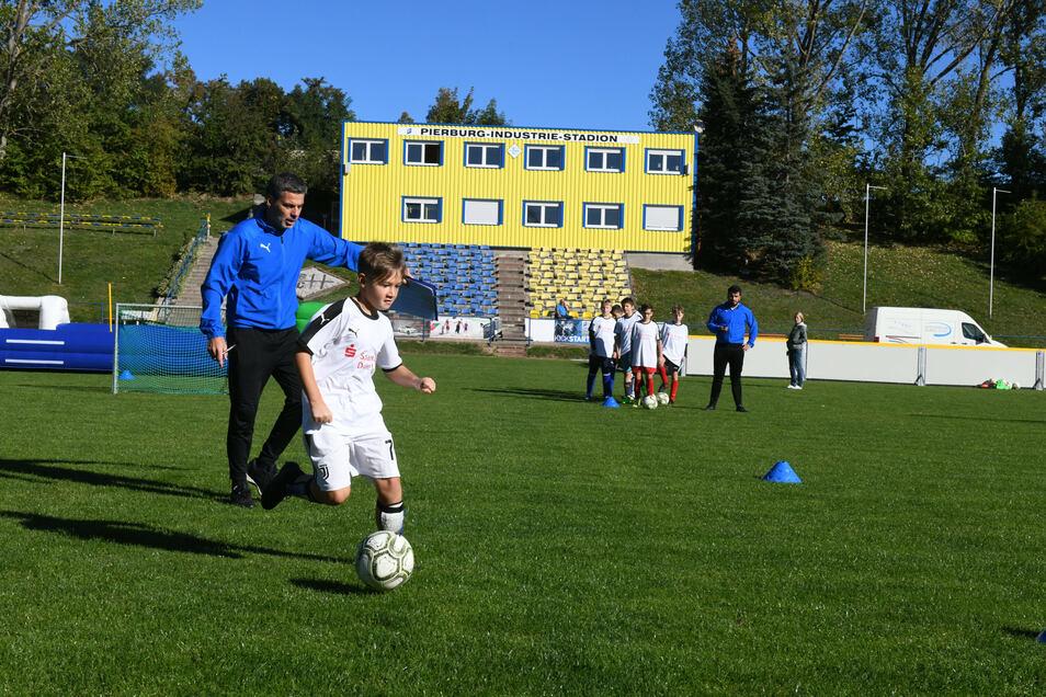 Anleitung vom ehemaligen Profi: René Tretschok (links) gab den jungen Fußballern so manchen wertvollen Hinweis mit auf den Weg.