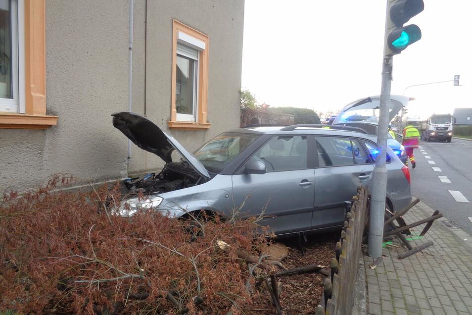 Unsanfte Landung: Die Fahrt des Skodas endete an der Hauswand des Eckgrundstücks. Der Fahrer wurde verletzt.