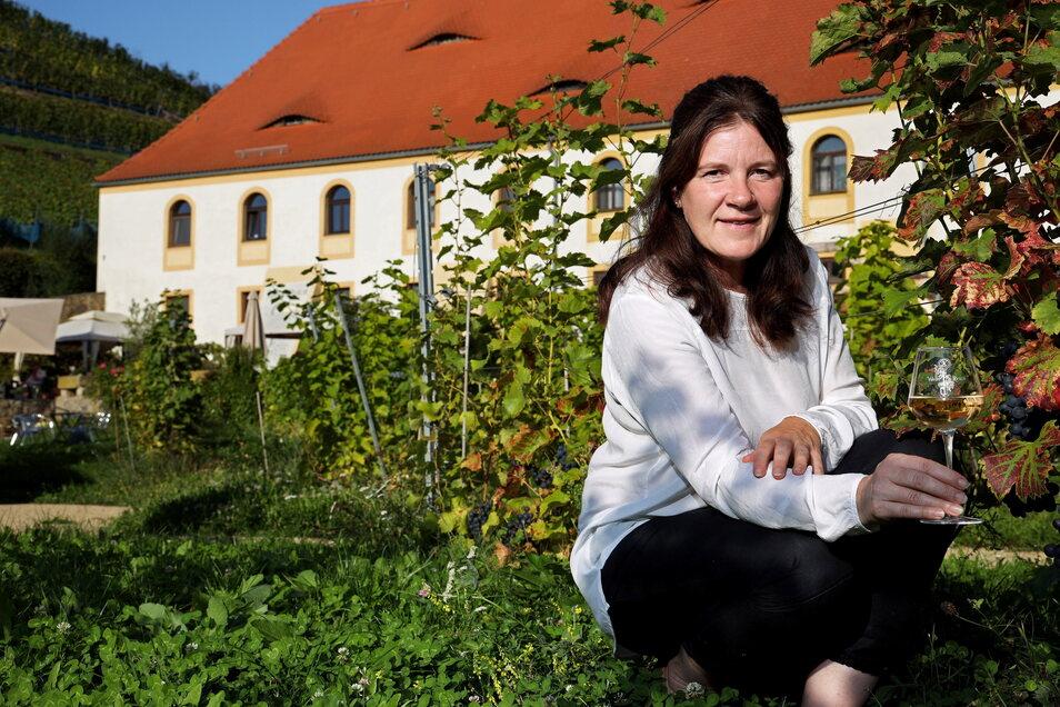 Katharina Lai vor einer Rebenzeile ihres Weingartens. Dort kann man nicht nur Wein trinken, sondern auch vieles über den sächsischen Weinanbau erfahren.