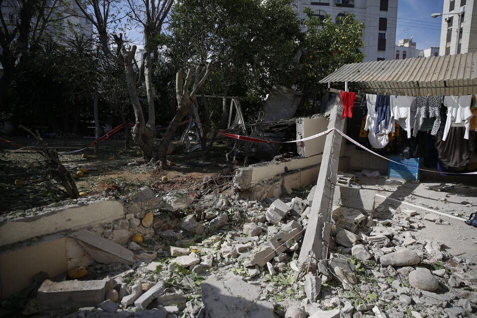 Zerstörungen in einem Wohngebiet in der israelischenKüstenstadt Aschkelon, das durch eine Rakete getroffen worden ist.