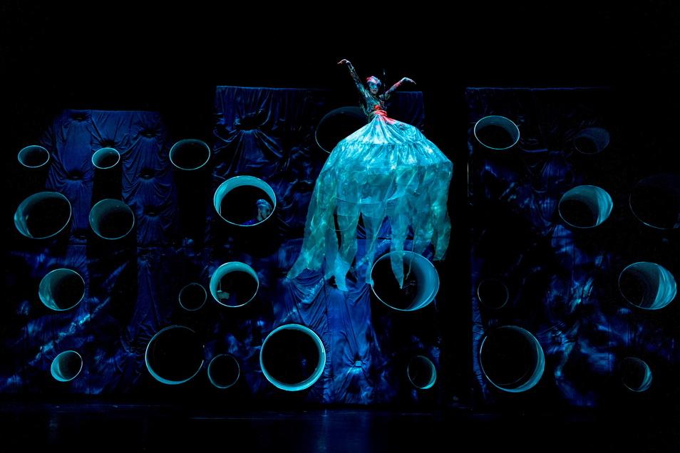 So schwebte die Tänzerin im Ballettabend als Qualle über die Bühne.