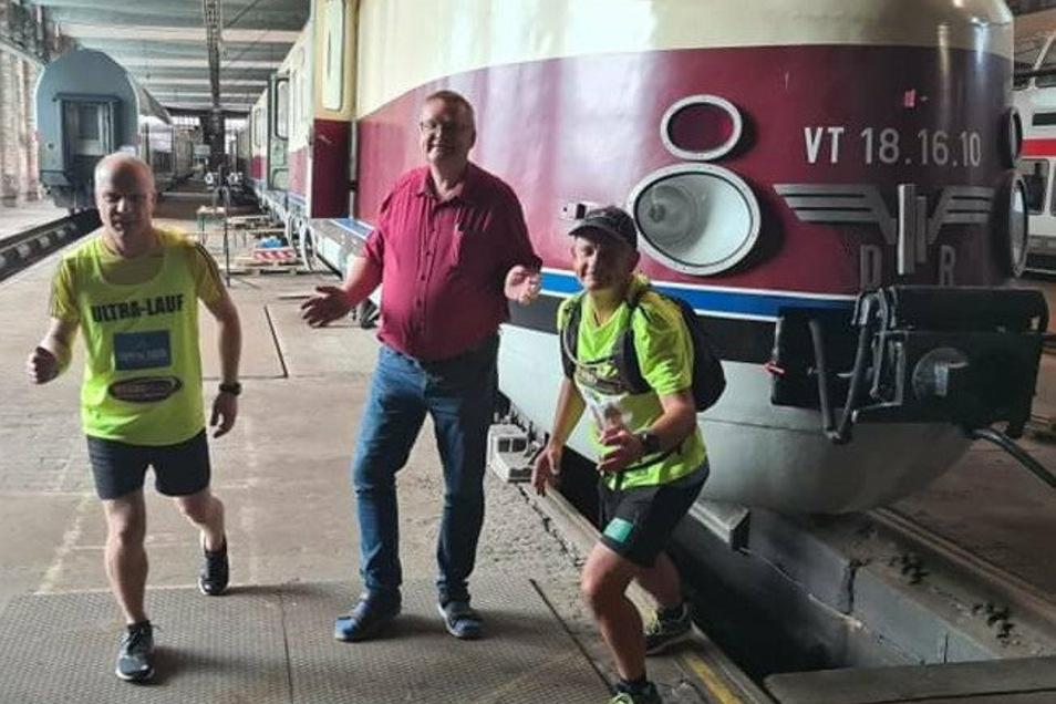 Die Läufer Knut Schulz (li.) und Hartmut Kohn (re.) mit Mario Lieb, der sich um die Instandsetzung des Görlitz-Zuges kümmert.