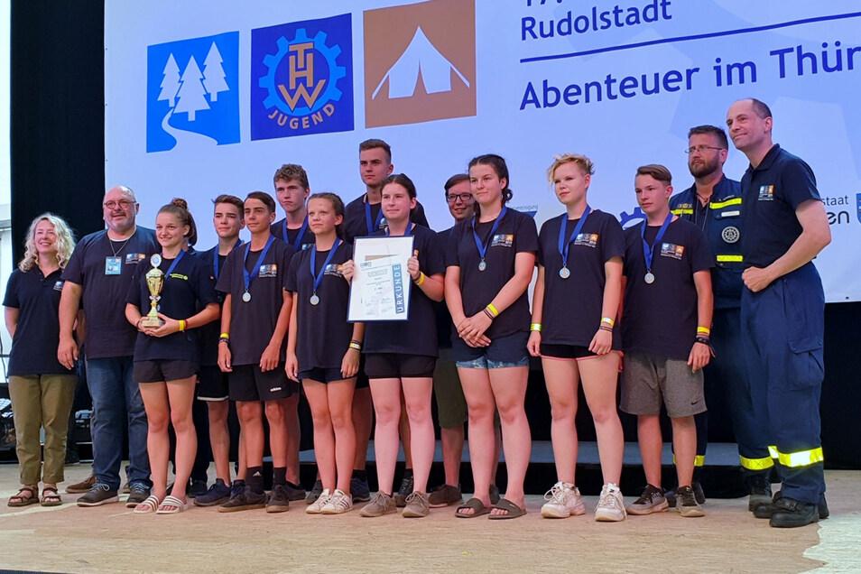 Das Nachwuchsteam des THW Kamenz überzeugte beim Bundesjugendwettkampf mit dem 8. Platz unter 16 Mannschaften. Auch dafür gab es einen Pokal und das Erinnerungsfoto.