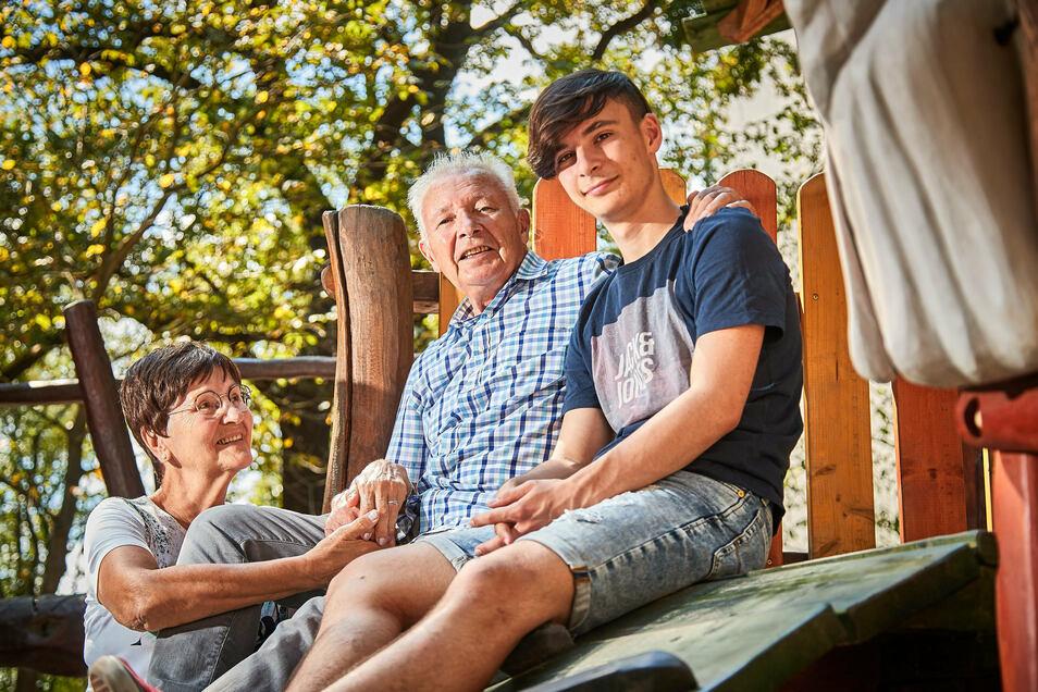 """""""An mich habe ich gar nicht gedacht."""" Als sein Opa Manfred Prescher (Mitte) in die Elbe stürzt, springt Enkel Phillip ihm nach. Lebenspartnerin Ursula Büchner: """"Ich hatte eine Wahnsinnsangst."""""""