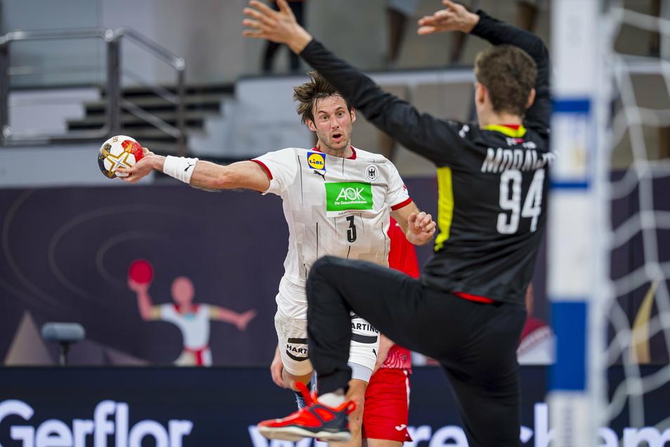 Uwe Gensheimer versucht sich im Torabschluss gegen den besten Mann des Spiels, Polens Schlussmann Adam Morawski.