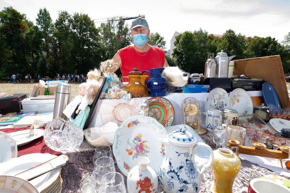 Elbeflohmarkt-Urgestein Uwe findet es ganz okay, dass beim Neustart am Sonnabend nicht so viele Händler wie sonst nach Dresden gekommen sind. Das spürt er am Ende des Tages in seiner Kasse.