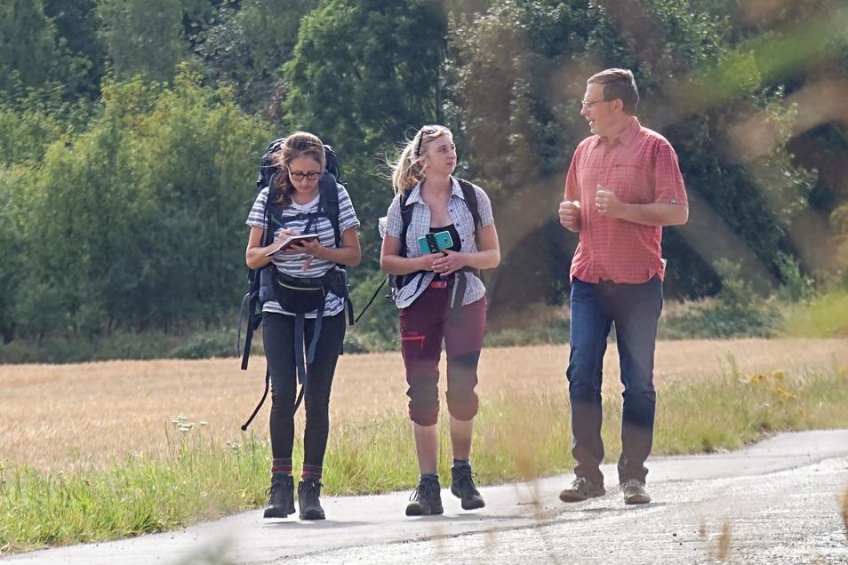Am vierten Tag ihrer Wahlwanderung trafen die SZ-Reporterinnen Theresa Hellwig (l.) und Marleen Hollenbach unter anderem den Vorsitzenden der Agrofarm Göda, Bernhard John.