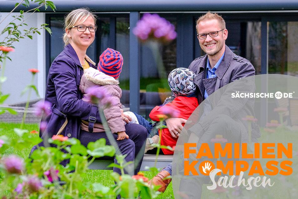 Ihren Traum von einem eigenen Haus erfüllten sich Karoline und Martin Schunack in Radebeul-Ost. Im großen Garten haben sie mit ihren beiden jüngsten Kindern auf einer Bank Platz genommen.