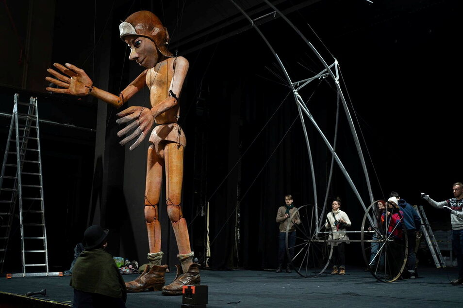 """Die polnischen Schausteller """"Teatr Klinika Lalek"""" sind für ihre überdimensionalen Puppen bekannt."""