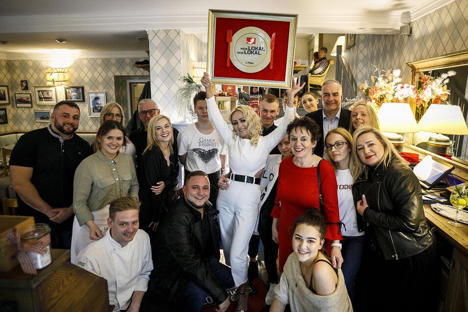 """Mitarbeiter, Freunde und Gäste feiern im """"Casa Nova"""" den Sieg bei Mein Lokal Dein Lokal."""