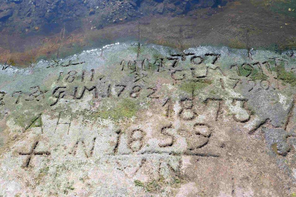 In einzelnen Jahren gestaffelte Gravuren für Tiefststände zeigt der besonders interessante Hungerstein in Pirna-Oberposta.