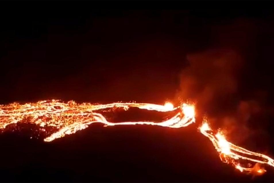 Dieses vom isländischen Met Office zur Verfügung gestellte Foto zeigt eine Eruption des Vulkans Fagradalsfjall unweit der Hauptstadt Reykjavik.