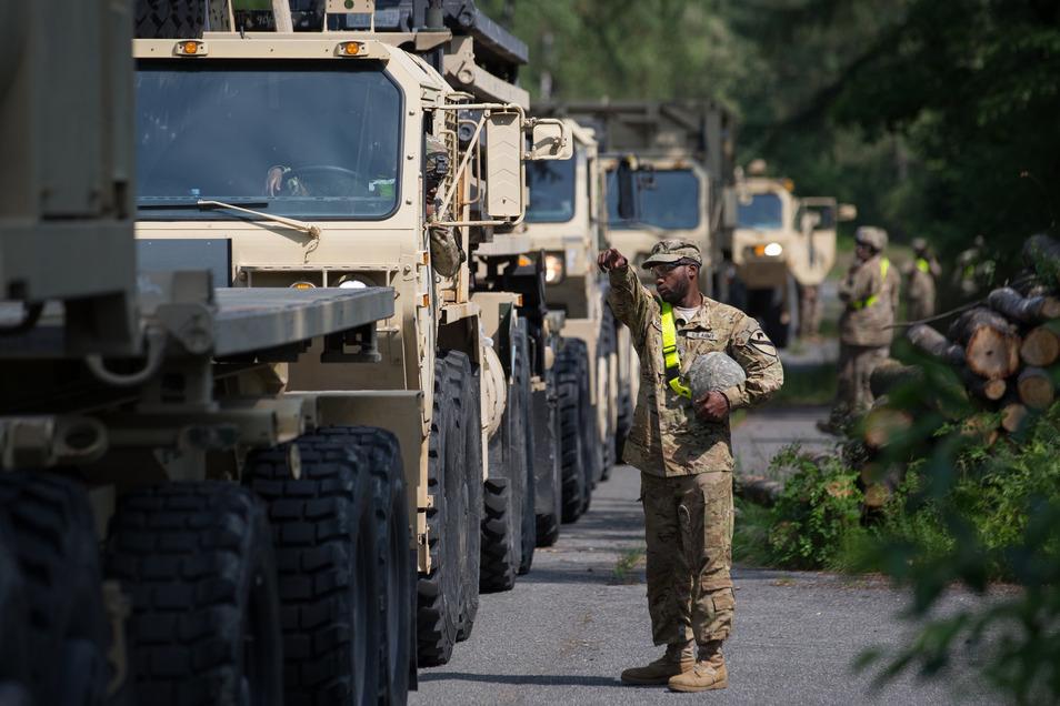 US-Militärfahrzeuge stehen in einer Schlange zur Abfahrt bereit: US-Präsident Trump plant einen drastischen Abbau der US-Truppen in Deutschland.