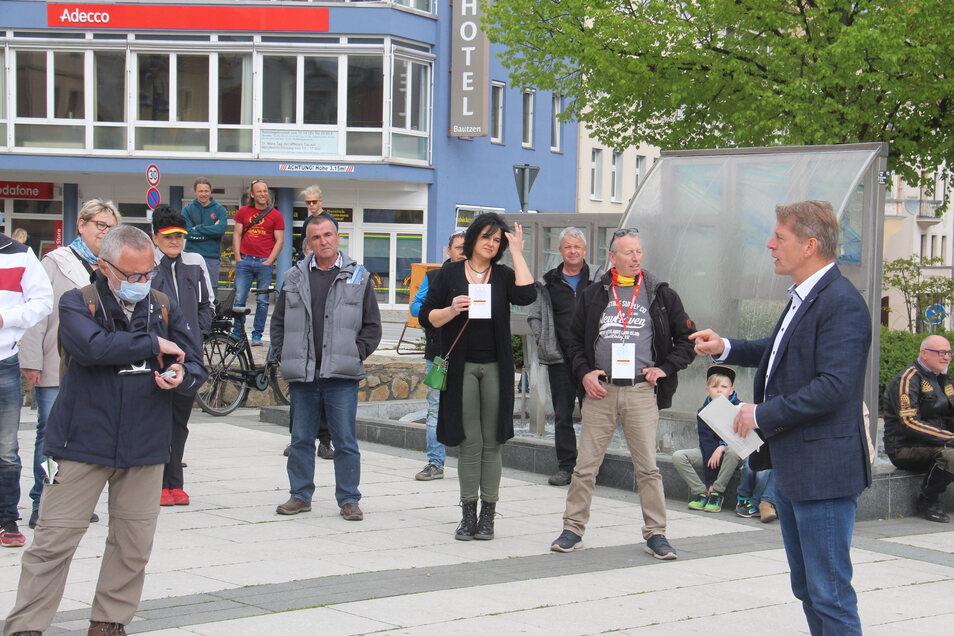 """Um den nicht genehmigten """"Spaziergang"""" in Bautzen zu legalisieren, meldete AfD-Bundestagsabgeordneter Karsten Hilse (r.) kurzerhand eine Eilversammlung an."""