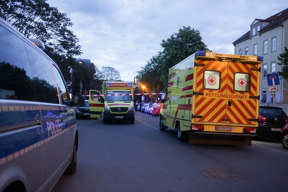 Am Abend rückte der Rettungsdienst an. Für die Kinder kam jede Hilfe zu spät, die Frau des Verdächtigen wurde in ein Krankenhaus gebraucht.
