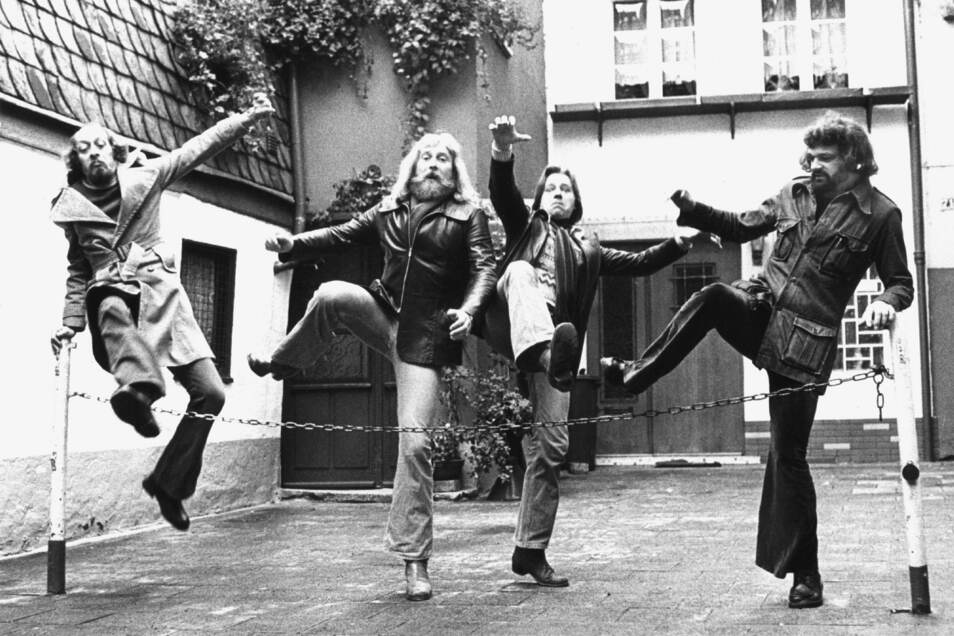 """1974: Die Mitglieder des in den 70-er Jahren erfolgreichen Blödel-Quartetts """"Insterburg & Co."""" mit Karl Dall (l-r), Peter Ehlebracht, Jürgen Barz und Ingo Insterburg."""