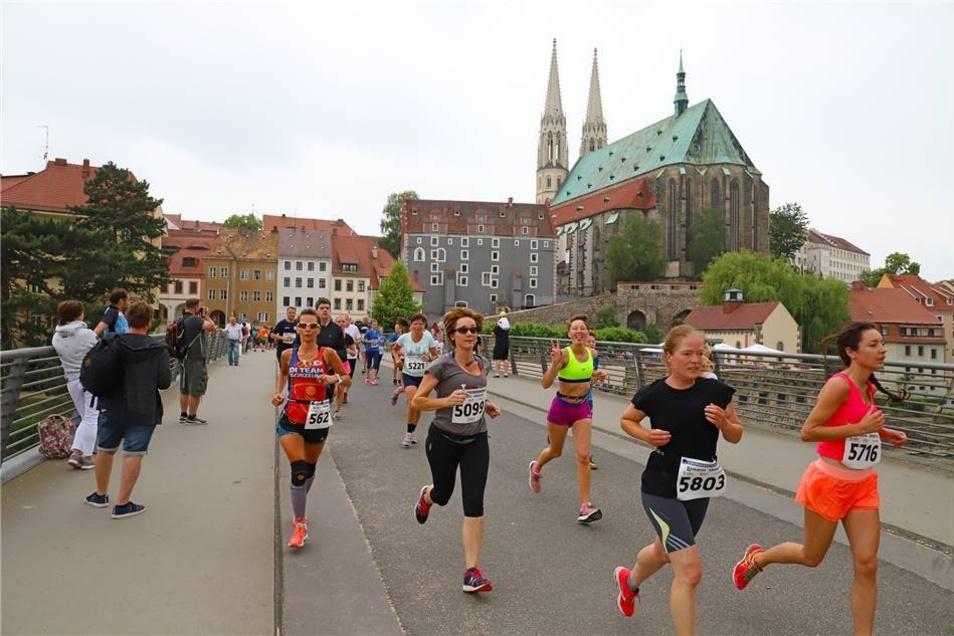 Die 5-Kilometer-Läufer auf der Altstadtbrücke.