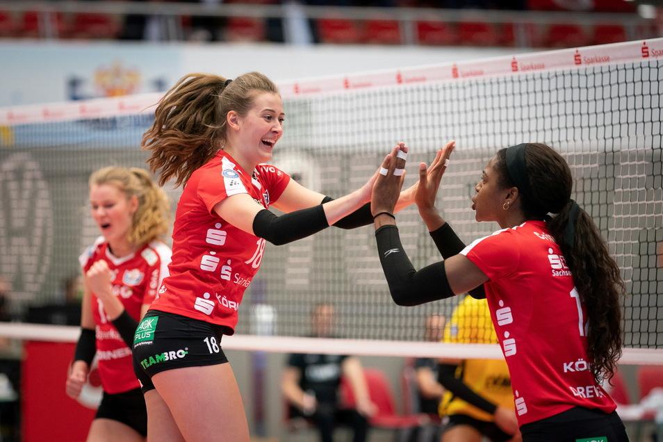 Sarah Straube (2.v.l.) brachte nach ihrer Einwechslung zwar frischen Wind ins Spiel des DSC, für eine Wende gegen Wiesbaden reichte es aber nicht mehr.