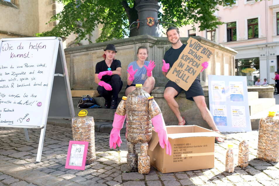 """Initiator Alexander Kempe (rechts) sammelte mit der Aktion """"Pinke Hände"""" Zigarettenstummel aus der Meißner Altstadt. Sie werden in Flaschen abgefüllt."""