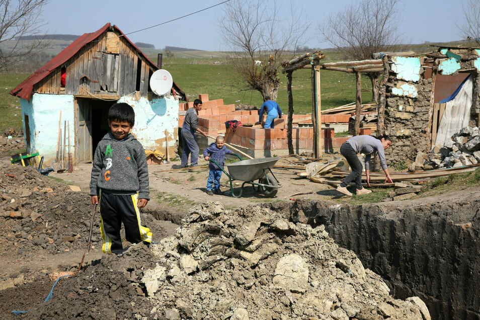 Kein Wasser, keine Heizung, keine Kanalisation: Die Bedingungen in der Roma-Siedlung am Rande von Altana nahe der Großstadt Sibiu (Hermannstadt) sind miserabel. Auch die Kleinsten packen hier mit an – denn zur Schule gehen viele Roma-Kinder nicht.
