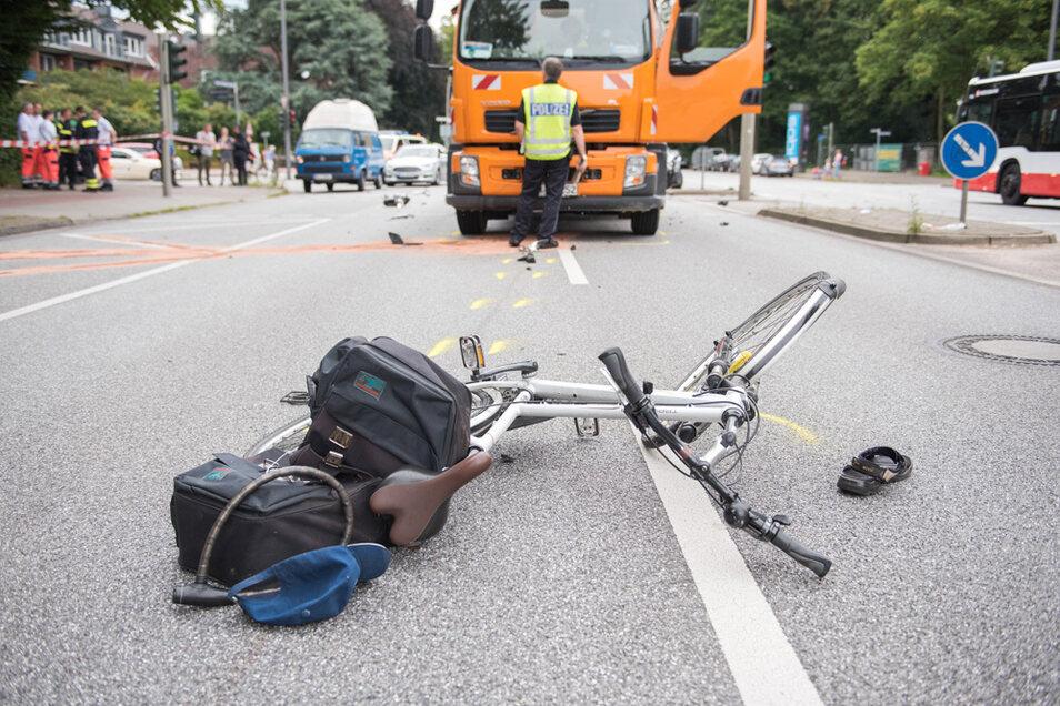 Ein Fahrrad liegt nach einem Verkehrsunfall auf der Straße.