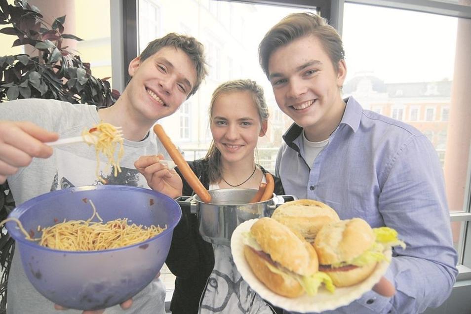 Matti Simon, Mara Michel und Johann Kowalewicz boten den Teilnehmern des Wettbewerbs einen Imbiss an. Die Schüler der 11. Klasse des Gymnasiums hatten die Verpflegung der Gäste übernommen.
