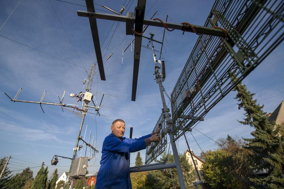 So wird's was mit der Funkerei. Karl-Heinz Gottschalk aus Niederau arbeitet an der Antennenanlage, hier an der Reflektorwandantenne, auf dem Garagendach seines Grundstücks.