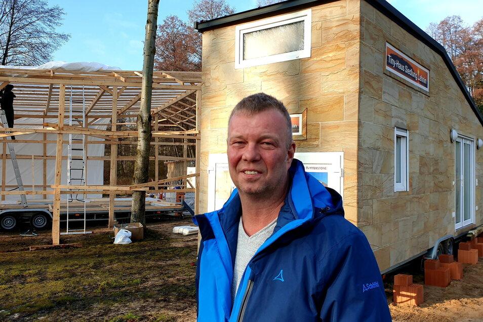 Heiko Neupert hat am Klostersee südwestlich von Potsdam eine Siedlung aus Minihäusern errichtet.