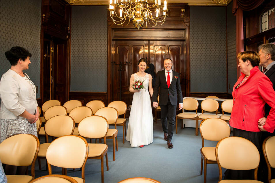 Viele leere Plätze bleiben derzeit bei Hochzeiten im Standesamt. Sara und Bernd nahmen es gelassen.