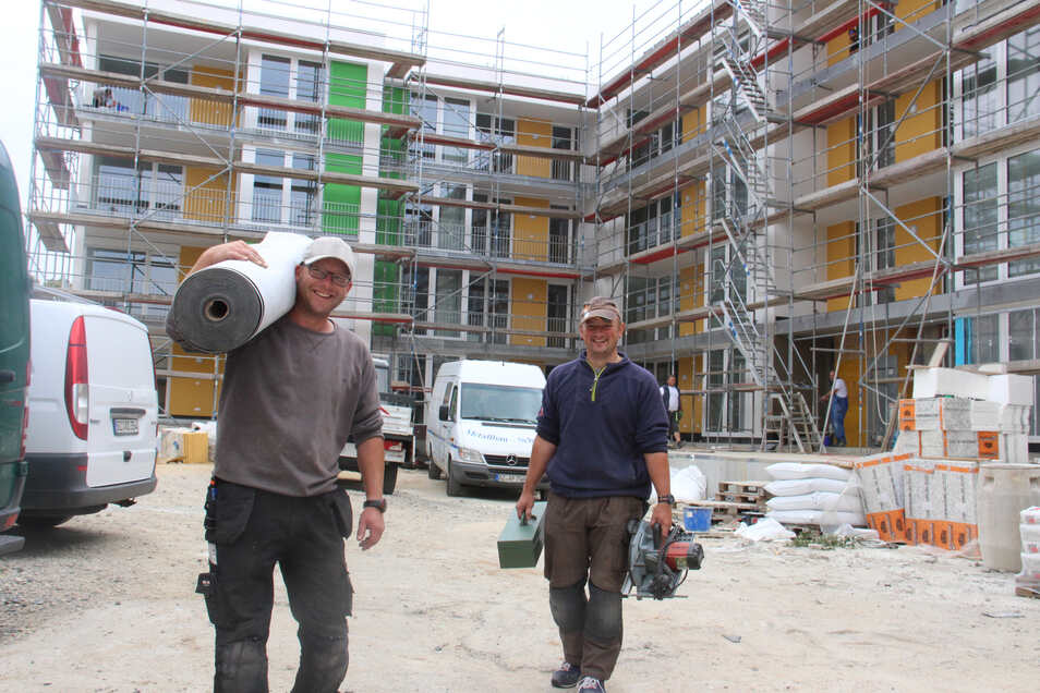 Michael Saring (l.) und Sven Nostitz von der Dachdeckerfirma Hölzel arbeiten zurzeit am Neubau Paul-Neck-Straße 2a bis 2c. Die ersten Mieter können hier im linken Gebäudeteil bald einziehen.