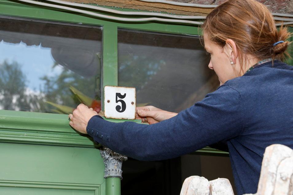 Die Hausnummer ist dran: Schlossweg 5 wird künftig eine gute Wohnadresse sein - nicht nur für die Jdanoffs selbst.
