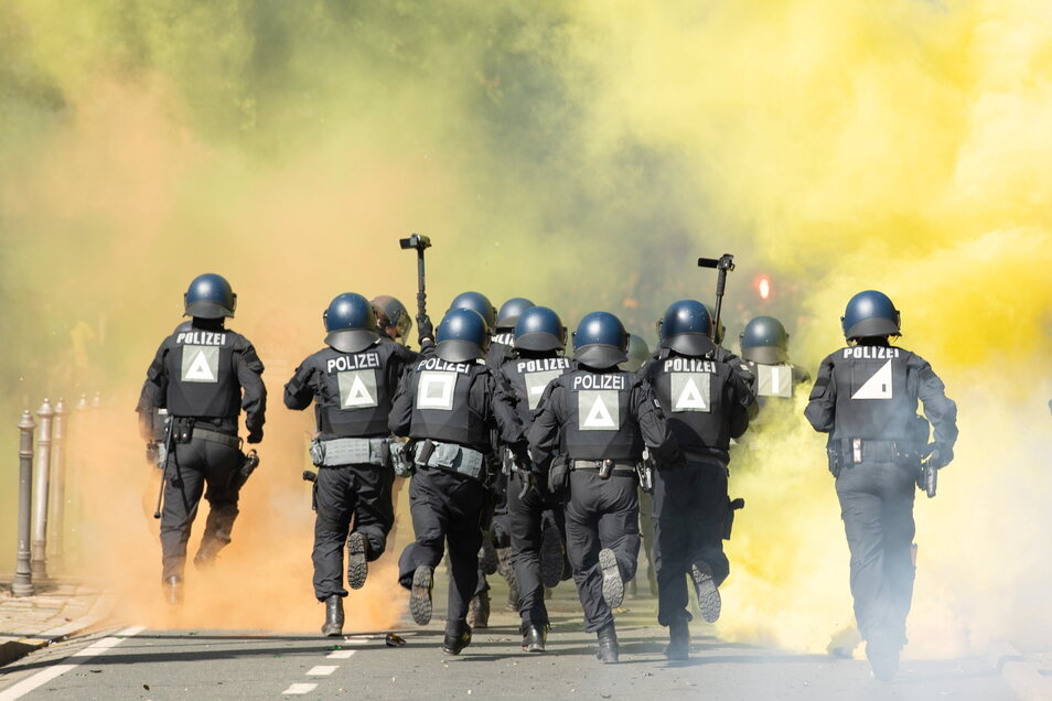 Immer wieder müssen Beamte der Bereitschaftspolizei durch dichten Pyro-Nebel.