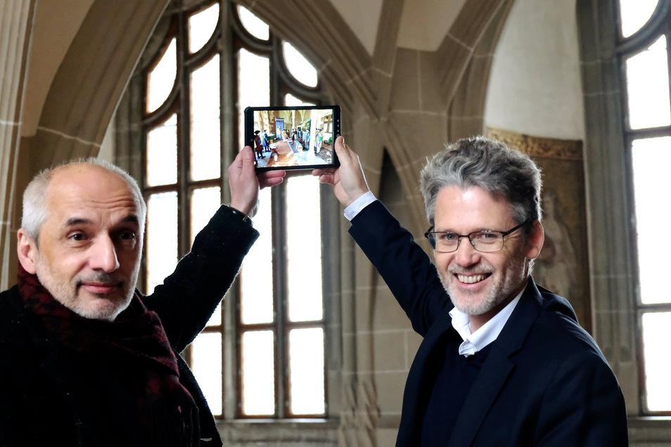 Albrechtsburgchef Uwe Michel und Entwickler Bruno de Sa Moreira mit einer Testversion des Histo-Pads, das trotz der Corona-Krise weiter entwickelt wird.