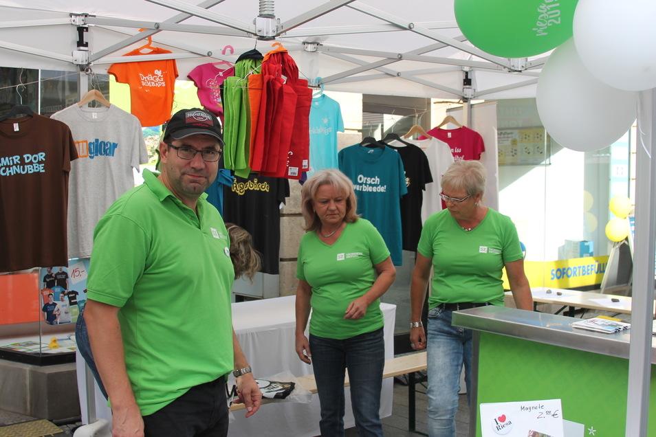 Am SZ-Treffpunkt mit Verlagsleiter Andreas Krause dominiert hellgrün - T-Shirts gibt es aber in vielen Farben.