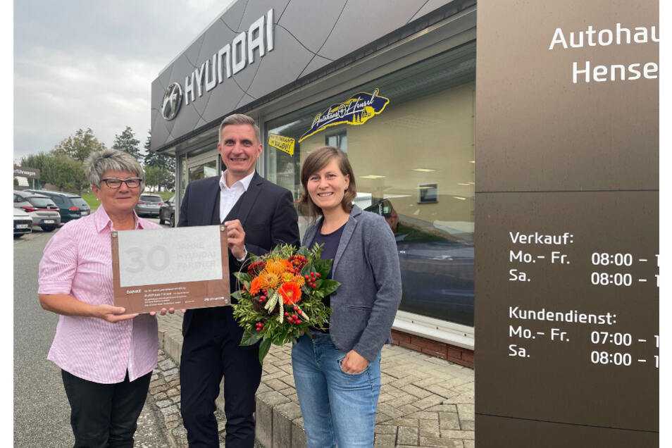 Das Autohaus Hensel bekommt als Anerkennung für seine 30-jährige Vertragspartnerschaft mit Hyundai eine Urkunde von Sebastian Braun, Hyundai-Distriktleiter Vertrieb Sachsen, überreicht.