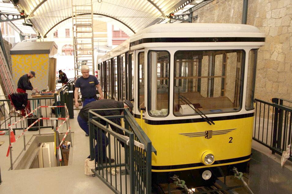 Damit die Standseilbahn pünktlich am 28. Juni 2021 wieder in Betrieb gehen kann, legen die Fahrdienstleiter Roland Hetzer (vorn) und Peter Jankowski im Rahmen der Rekonstruktion selbst mit Hand an.