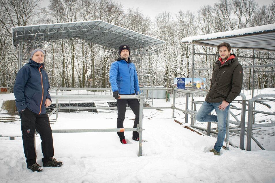 Zurzeit liegt auf der Hutbergbühne noch Schnee. Doch das erste Open Air 2021 soll schon am 5. Juni stattfinden. Steffen Lorenz, David Kliemann und Toni Lehder (v.l.) von der Kamenzer Stadtverwaltung sind gespannt.