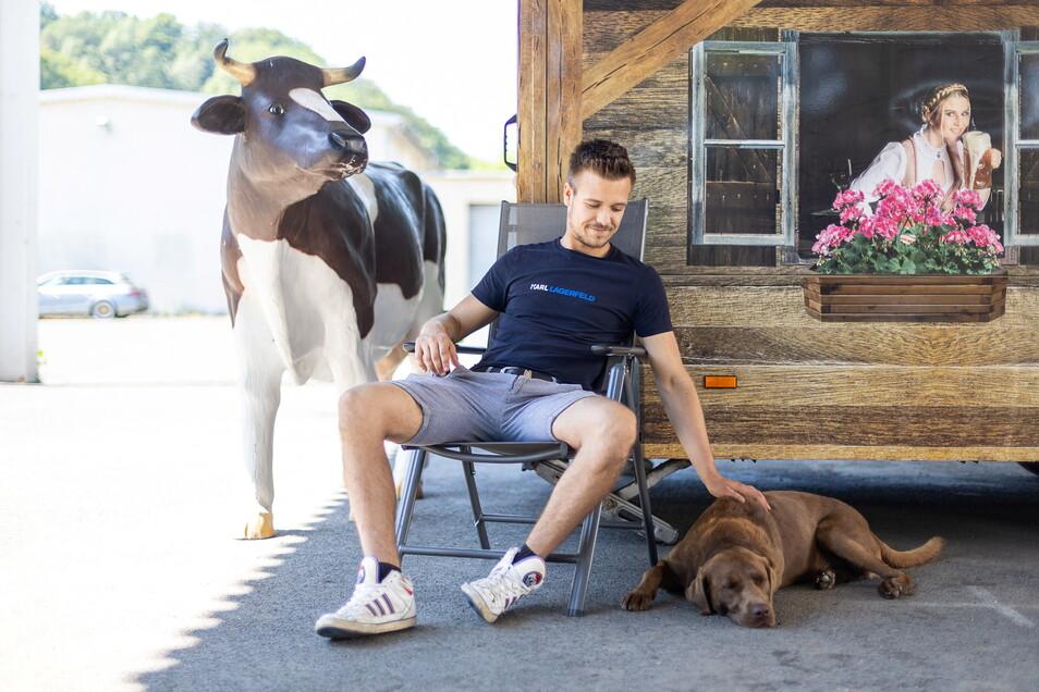 Paulie, der Rummelhund, kommt mit zur Wüsten-Wies'n. Kuhattrappe Elsa und der Flammkuchenwagen bleiben indessen daheim.
