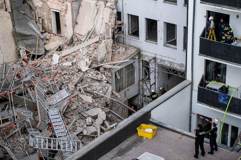 Feuerwehrleute arbeiten in einem Keller des eingestürzten Gebäudes.