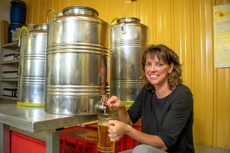 Das frisch gepresste Öl wird in Fässer umgefüllt. In diesen lagert es zehn Tage. Zunächst sieht das Öl aus wie naturtrüber Apfelsaft.