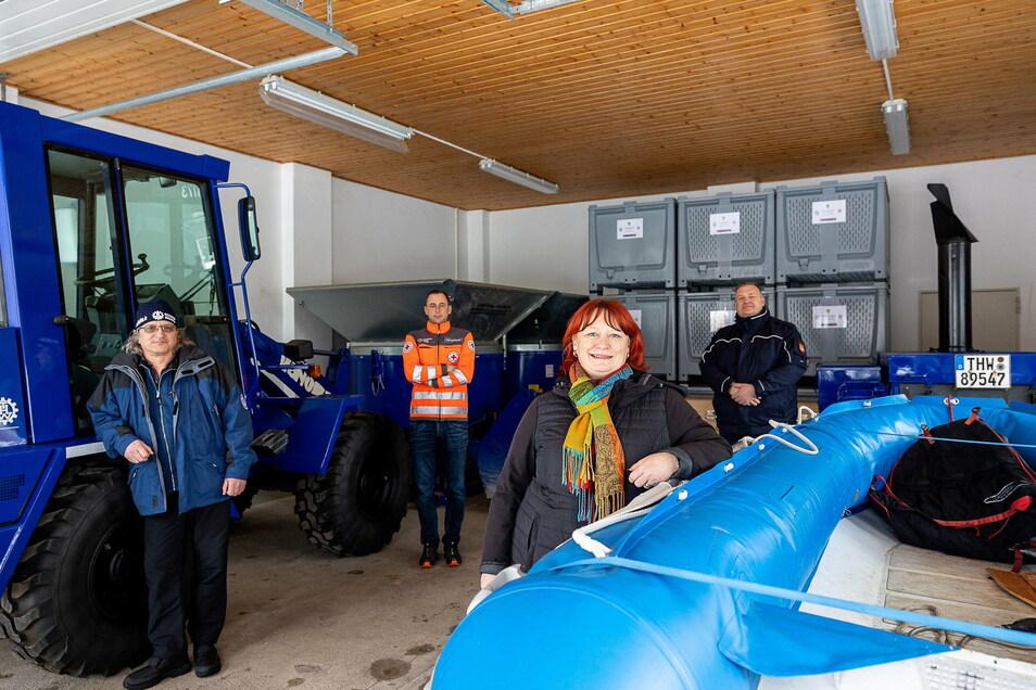 Dirk Massi,  Lars Werthmann,  Oberbürgermeisterin Kerstin Körner und Michael Ebert stehen im neuen Bevölkerungsschutzlager.